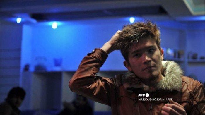 Foto yang diambil pada 28 Januari 2012 memperlihatkan seorang pemuda Afghanistan menata rambutnya di salon di Kabul. Sejak Taliban berkuasa pada 15 Agustus 2021, pria Afghanistan dilarang mencukur jenggot karena dianggap melanggar syariat.