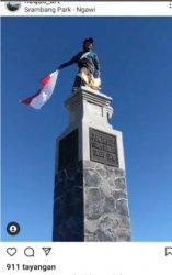 Tangkapan layar foto di Instagram seorang pendaki berada di atas Tugu Hargo Dumilah Puncak Gunung Lawu sembari mengibarkan bendera merah putih.