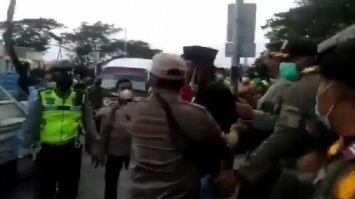 Seorang pengendara terlibat adu mulut dengan petugas kepolisian dan Satpol PP di Jembatan Surabaya-Madura (Suramadu), Jawa Timur mendadak viral, Senin (7/6/2021). Capture video/ instagram jurnalis junior