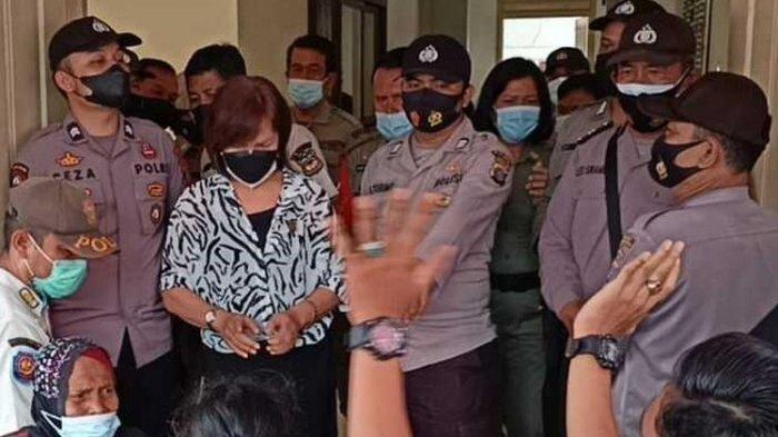 Emak-emak Mendadak Buka Baju di Depan Anggota DPRD Saat Demo PPKM