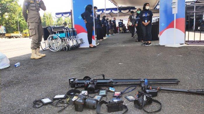 Dilarang Liput Vaksinasi Massal di GOR Satria, Awak Media Lakukan Aksi Letakkan Kartu Pers & Kamera