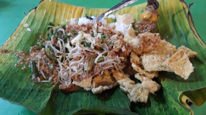 Seporsi nasi pecel di warung Pecel Yu Sri Simpang Lima Semarang