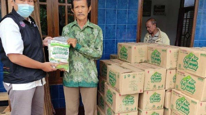 Aksi Cepat Tanggap (ACT) Pekalongan memberikan bantuan kepada keluarga korban tenggelamnya KRI Nanggala 402.