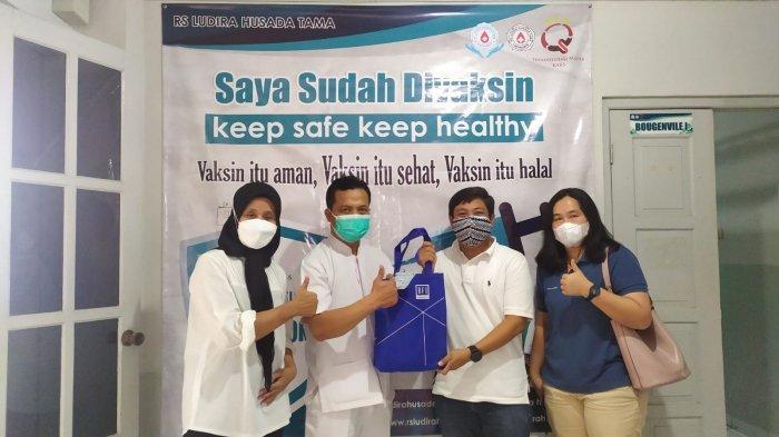 Serah terima simbolis bantuan paket vitamin dari BFI Finance untuk RS Ludira Husada Tama di Yogyakarta (27/8).