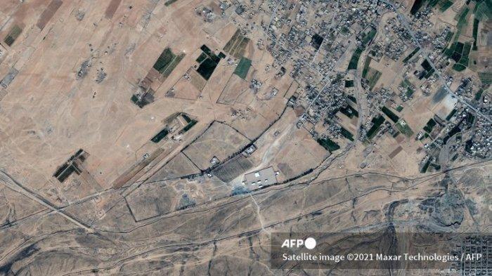 Gambar satelit selebaran ini diambil dan dirilis oleh Maxar Technologies pada 26 Februari 2021 menunjukkan setelah (tengah) serangan udara AS baru-baru ini terhadap sekelompok kecil bangunan di sebuah penyeberangan tidak resmi di perbatasan Suriah-Irak dekat Alm-Qaim, Irak. Suriah dan Iran pada 26 Februari mengutuk serangan udara AS yang mematikan terhadap milisi yang didukung Iran dengan Damaskus menyebutnya sebagai