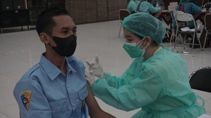 Vaksinasi 2.000 Pelajar & Masyarakat Umum UKSW & Kodam IV, Diterapkan Prokes Ketat Saat Antrean