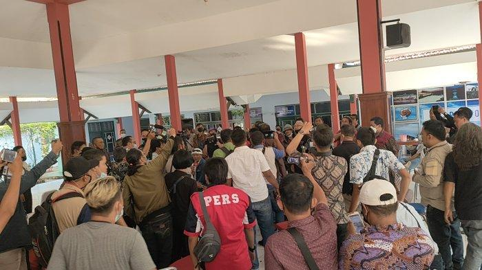 Sejumlah wartawan bersitegang dengan sesama wartawan dalam acara ramah tamah dan sambung rasa Mas Bupati Pemalang dengan wartawan peliputan Pemalang' di pendopo Dispora Pemalang.