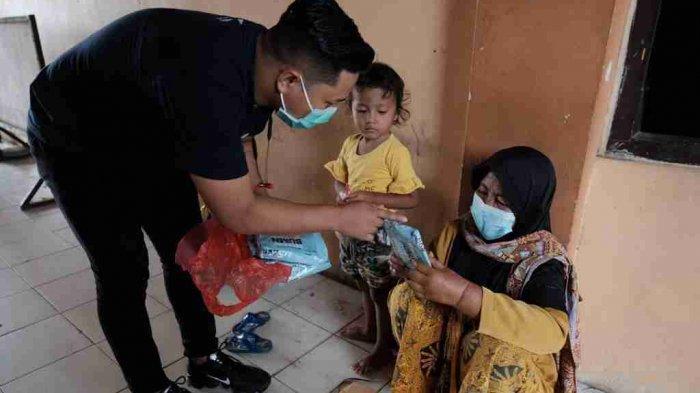Ribuan set pakaian alat pelindung diri (APD) beserta face shield (pelindung wajah) juga didistribusikan ke wilayah perbatasan Kabupaten Rembang seperti Sarang dan Kaliori.