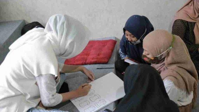 Antusiasme para peserta yang berasal dari tiga elemen yaitu, komunitas rumah batik, lembaga pendidikan (SMKN 1 Sedan yang memiliki Jurusan Fashion), dan Rembang Fashion Community dalam mengikuti rangkaian pelatihan. (Sabtu, 08 Mei 2021)
