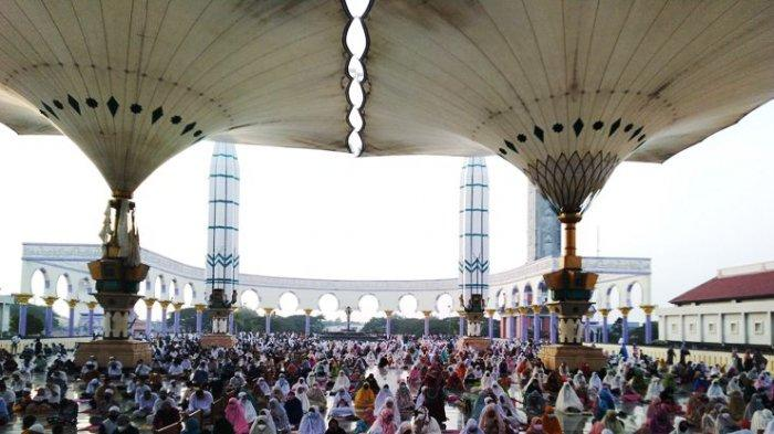 Ribuan jemaah menunggu pelaksanaan sholat id di serambi Masjid Agung Jawa Tengah, Kamis (13/5/2021).