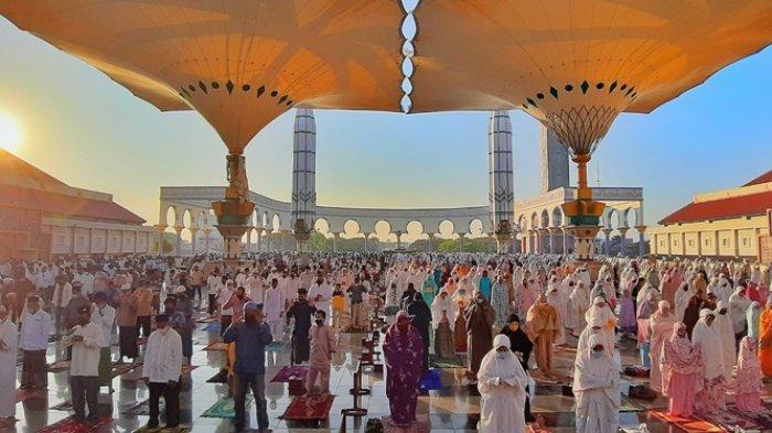 Jemaah sholat Idul Adha menunaikan ibadah di MAJT Masjid Agung Jawa Tengah, Jumat (31/7/2020)