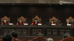 BERITA LENGKAP : MK Tolak Gugatan Uji Materi UU KPK, Kuasa Hukum Penggugat Curiga Perubahan Jadwal