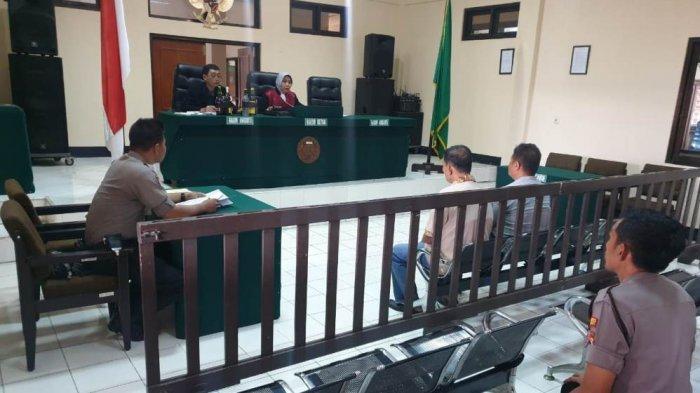Puji Wajib Bayar Denda Rp 4 Juta - Sidang Putusan Tipiring Pedagang Miras di Brebes