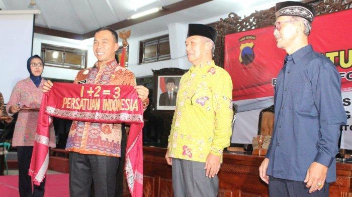 Di Hadapan Timses Paslon 01 dan 02, Bupati Batang Bentangkan Syal '1+2=3 Persatuan Indonesia'