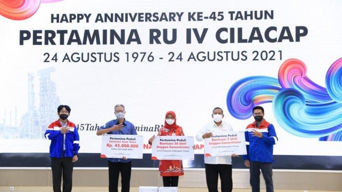 Simbolis penyerahan bantuan dilakukan dalam kegiatan tasyakuran HUT ke-45 secara terbatas di gedung Patra Graha, Cilacap, Selasa (24/8/2021).