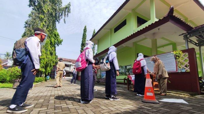 Cerita Siswi SMPN 9 Purwokerto yang Ikuti PTM, Monita: Akhirnya Bisa Ketemu Teman