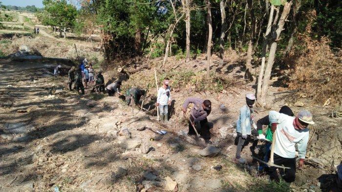 Sinergitas Polsek Kunduran Polres Blora Bantu Satgas TMMD Kodim 0721 di Desa Botoreco