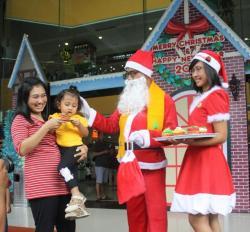 Sinterklas Bagi-bagi Kue dan Permen ke Pengunjung Solo Grand Mall