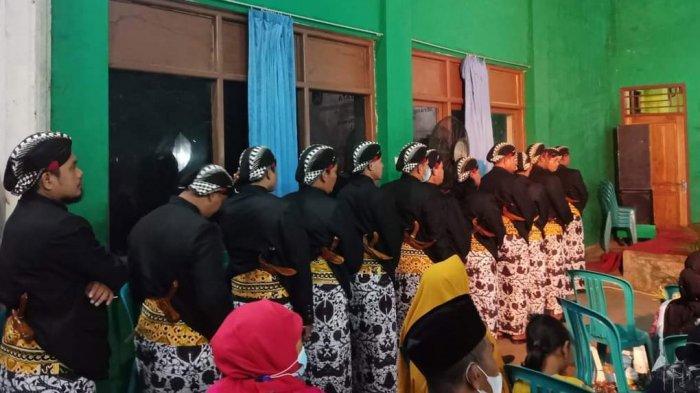 WISUDA PRANATACARA - Sejumlah peserta siswa pranatacara menjalani Wisudha Purna Wiyata, Pawiyatan Medharsabda-Pranatacara