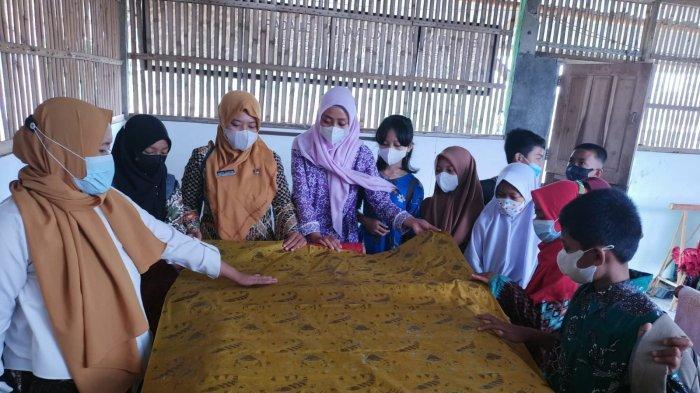 Siswa SDN Kutawaru 01 Cilacap mengamati secara langsung proses pembuatan kain batik