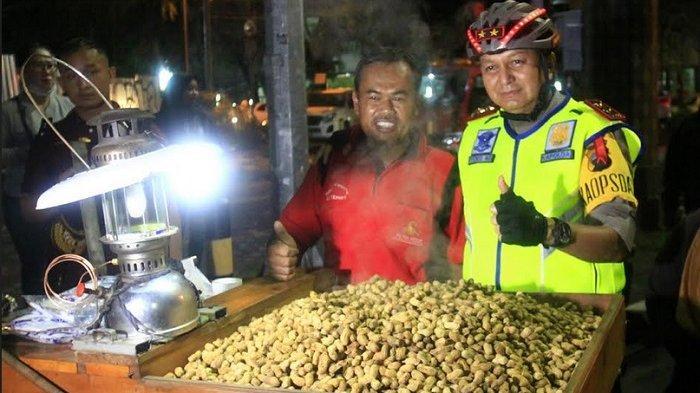 Penjual Kacang di Solo Ini Tak Sangka Didatangi Tiga Jenderal di Malam Tahun Baru