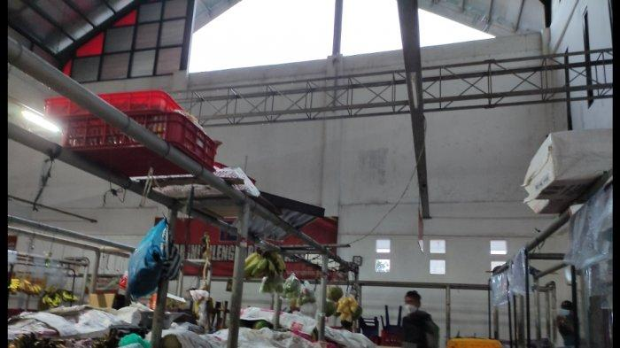 Ketika Atun Sedang Membereskan Dagangan, Tiba-tiba Atap Pasar Manis Purwokerto Ambruk