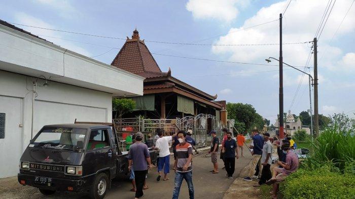 Situasi di rumah duka Ki Manteb Soedarsono Desa Doplang Kecamatan Karangpandan Kabupaten Karanganyar, Jumat (2/7/2021).