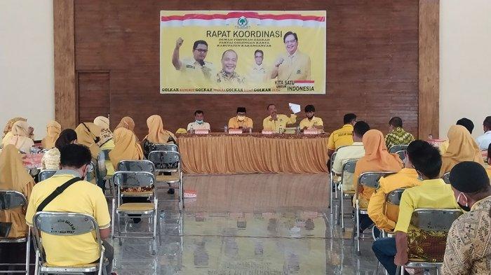 Sampaikan SK Kepengurusan, Ketua DPD Golkar Karanganyar Targetkan 17 Kursi
