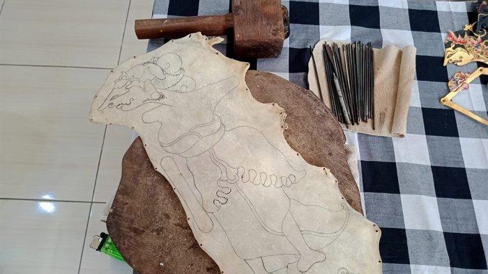 SKETSA WAYANG - Sebelum memahat kulit kerbau menjadi wayang dan diwarnai, Ekky membuat sketsa atau gambar tulisan tangan terlebih dulu. Ekky adalah mahasiswa di Kota Semarang yang membuat kerajinan wayang kulit sendiri