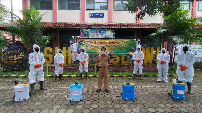 SMK N 2 Slawi Bagikan 400 Paket Sembako dan Penyemprotan Disinfektan