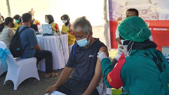 Pengemudi Ojol & Sopir Angkot Ikuti Vaksinasi Polda Jateng dengan Tetap Taati Prokes
