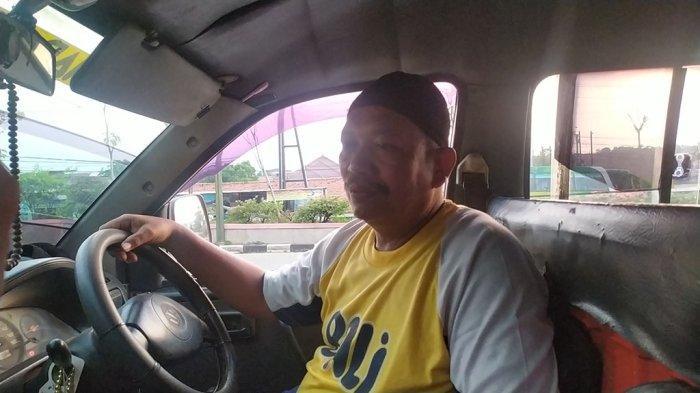 Rusmadi (54) atau akrab disapa Pak Rus, sopir angkutan umum trayek Mangkang-Johar menggratiskan biaya angkutan tiap Jumat, di Kota Semarang, Kamis (7/10/2021).