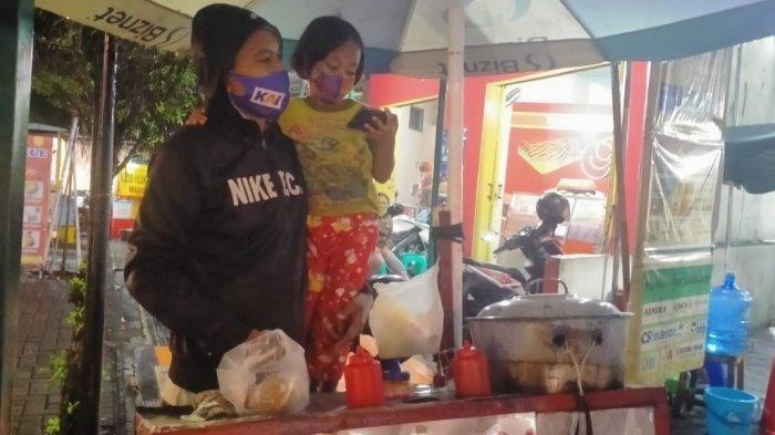 Viral Penjual Siomay di Klaten Bawa Anak Saat Berjualan, Ada Cerita Menyentuh