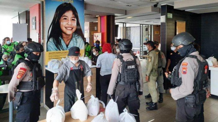 Tim Sparta Sat Sabhara Polresta Solo bubarkan kerumunan di sebuah gerai makanan cepat saji di Jalan Slamet Riyadi, Kota Solo, Jawa Tengah, Rabu (9/6/2021) siang.