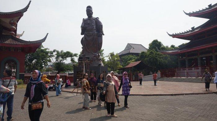 Spot foto buruan pengunjung dengan latar Laksamana Cheng Ho.
