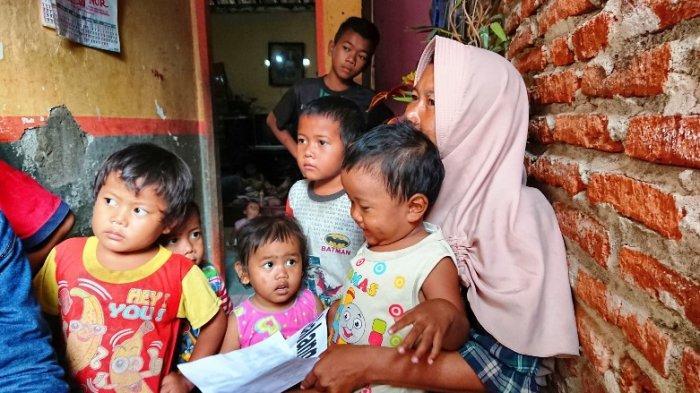 Sriyanti bersama anak-anaknya saat ditemui Tribunjateng.com di rumahnya yang ada di di Rt 02 Rw 01 Desa Wanarejan Utara, Kecamatan Taman, Pemalang, Sabtu (8/5/2021).