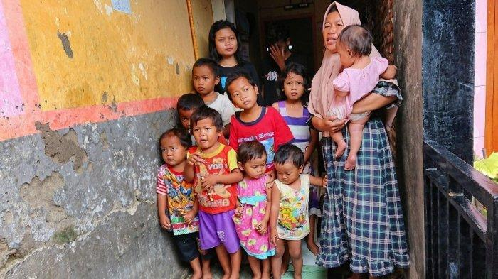 Pihak Pemerintah Desa Bantu Pembuatan Akta Kelahiran 16 Anak Sriyanti Janda di Pemalang