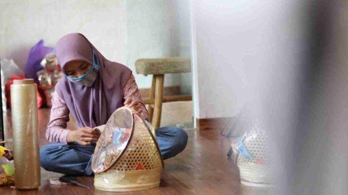 Staff Rumah BUMN Rembang mengemas Hampers Idul Fitri berupa produk-produk yang berasal dari UMKM Rembang.