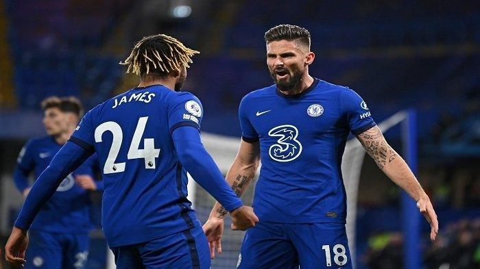 Striker Chelsea, Olivier Giroud (kanan) melakukan selebrasi setelah mencetak gol penyama kedudukan dengan rekan setimnya bek Inggris Chelsea Reece James (kiri) selama pertandingan sepak bola Liga Utama Inggris antara Chelsea dan Leeds United di Stamford Bridge di London pada 5 Desember 2020.