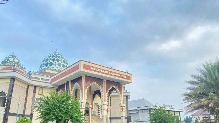 Suasana di area Masjid Agung Kabupaten Tegal yang terlihat sepi karena tahun ini tidak menyelenggarakan salat Idul Adha, Selasa (20/7/2021).