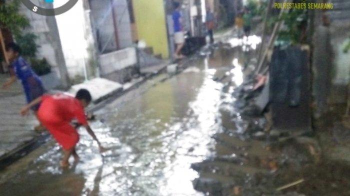 Tidak Hujan Namun Air dan Lumpur Genangi Jalan dan Sebagian Permukiman di Kemijen Semarang