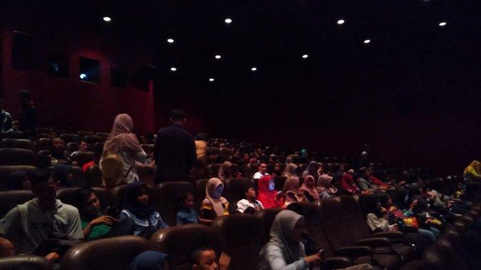 Suasana keramain penonton saat akan menonton Avenger Endgame pada pukul 09.00 WIB di bioskop Rajawali Purwokerto, pada Rabu (24/4/2019).
