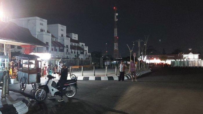 Suasana malam tahun baru di kawasan Jalan Pancasila Kota Tegal, Kamis (31/12/2020) malam. Suasana depan Gedung Birao Kota Tegal terlihat sepi