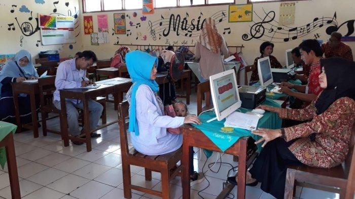 PPDB Tingkat TK & SD Kota Semarang Dimulai, Masih Banyak Orangtua Siswa Mendaftar Online di Sekolah
