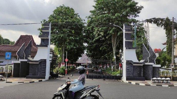 KPK Geledah Kantor dan Rumah Dinas Bupati Banjarnegara, Bawa 2 Koper Hitam