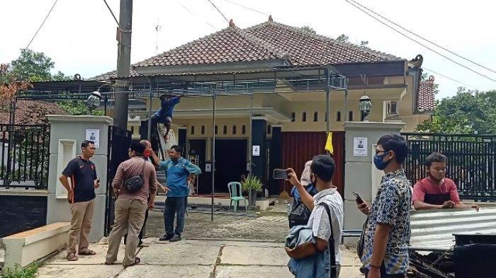 Suasana rumah duka Wakil Pimpinan DPRD Kabupaten Pekalongan Nunung Sugiantoro