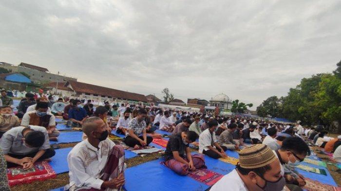 Salat Idulfitri di Lapangan Grendeng Purwokerto, Petugas Keamanan Pantau Jemaah agar Patuh Prokes