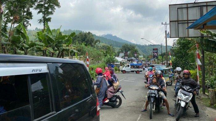 Suasana terkini di area objek wisata Guci Kabupaten Tegal, Minggu (13/6/2021). Banyak pengunjung yang tidak mengetahui tempat wisata ditutup dan terpaksa diminta untuk putar balik oleh petugas yang berjaga.