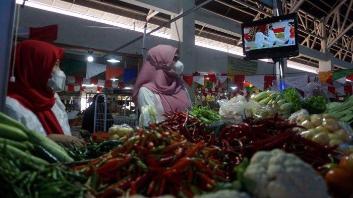 Suasana upacara bendera yang digelar sederhana dan diikuti seluruh pedagang pasar induk Batang, Selasa (17/8/2021).