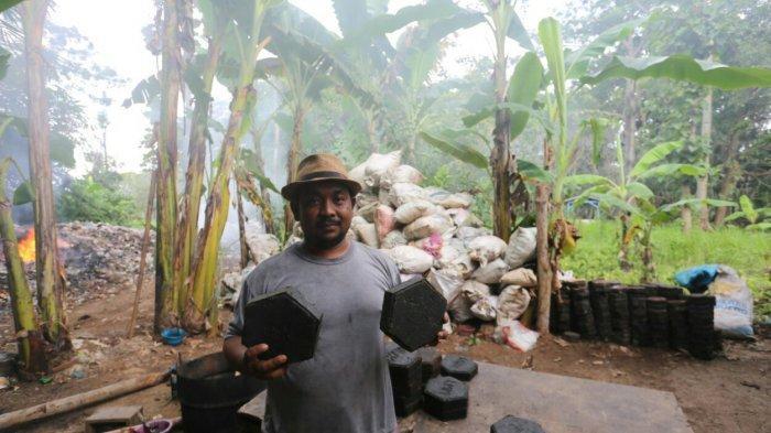 Pria Asal Tegal Punguti Sampah Plastik dan Jual Dalam Bentuk Paving Seharga Rp 75 Ribu per Meter